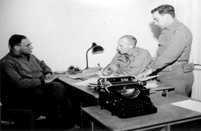 Left to right: Major Eugene S. Cohen, Lieutenant Jack H. Taylor and Jack R. Nowitz. The US secret agent Jack Taylor had been prisoner in Mauthausen for several weeks after his capture; after his liberation he wrote a report about the time of his imprisonment. Jack nowitz functioned as translator and assessor during interrogations of witnesses. (photo credits: US Signal Corps Foto, Courtesy of NARA)