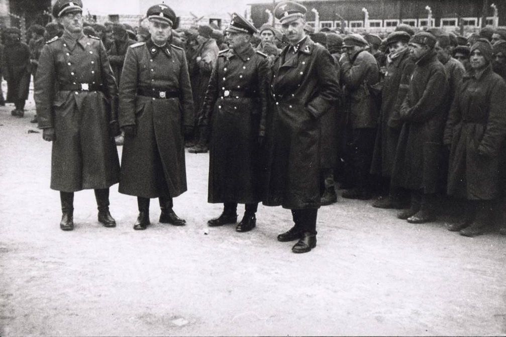 "Camp commander Karl Chmielewski (right) and other SS-officers in front of soviet POW at the roll-call Square in Gusen; picture taken between March and October 1942, ""Erkennungsdienst"" Photographs. (photo credits: Museu d'Història de Catalunya, Barcelona)"