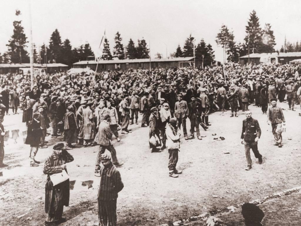 Befreite Häftlinge auf dem Appellplatz in Ebensee, Mai 1945 (Fotograf*in unbekannt, KZ-Gedenkstätte Mauthausen)