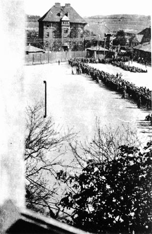 KZ-Häftlinge des Lagers Melk wurden vor der Evakuierung auf dem Appellplatz gesammelt, April 1945 (Fotograf unbekannt, USHMM)