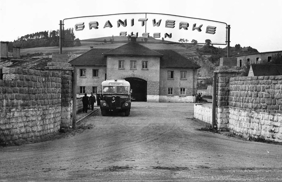 "Entry gate and former ""Jourhaus"" with the sign ""Granitwerke Gusen""; this was the name of the company which was responsible for the further exploitation of the quarries by the Soviets; date unknown. (photo credits: Ministère de la Défense - Direction pour la Mémoire, le Patrimoine et les Archives)"