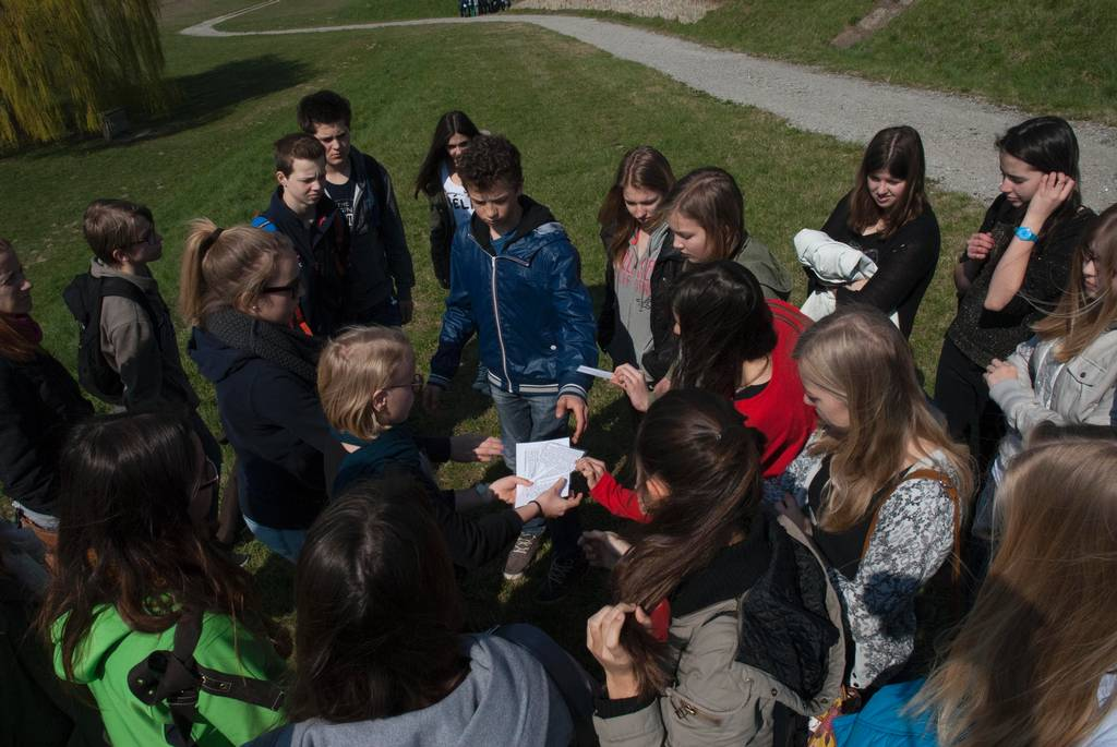 Guided tour with a group of students and study material (photo credits: Mauthausen Memorial)